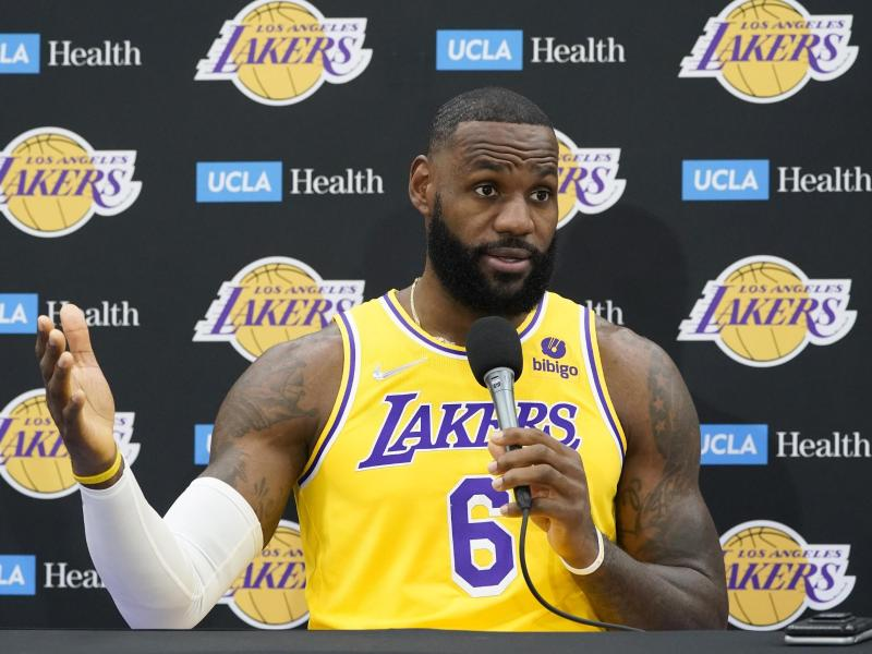 LeBron James hat sich nun doch gegen das Coronavirus impfen lassen. Foto: Marcio Jose Sanchez/AP/dpa