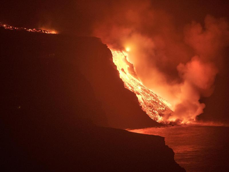 Lava aus dem Vulkan auf der Kanarischen Insel La Palma erreicht das Meer. Foto: Saul Santos/AP/dpa
