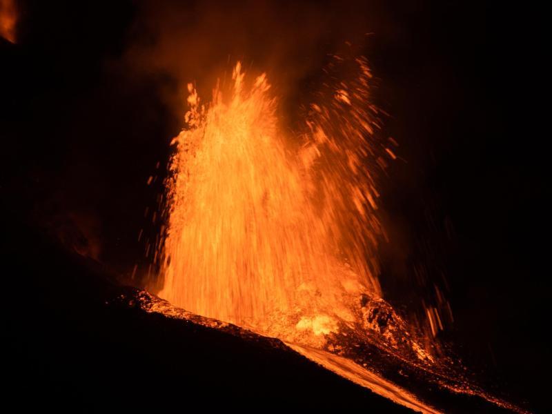 Die Lava, die aus einem ausbrechenden Vulkan auf der spanischen Insel La Palma fließt, hat auf ihrem Weg ins Meer an Geschwindigkeit gewonnen. Foto: Alejandro Martínez Vélez/EUROPA PRESS/dpa