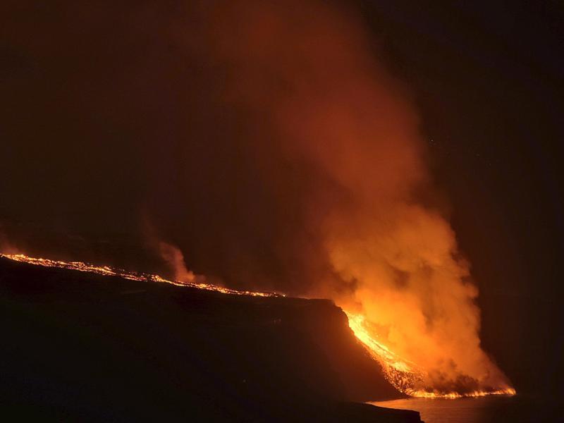 Eine gute Woche nach dem Vulkanausbruch auf der spanischen Kanareninsel La Palma ergießen sich die um die 1000 Grad heißen Lavaströme nun in das Meer. Foto: Daniel Roca/AP/dpa