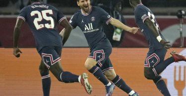 Lionel Messi (M.) feiert seinen ersten Treffer im PSG-Trikot. Foto: Christophe Ena/AP/dpa