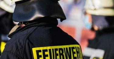 Einsatzkräfte der Feuerwehr stehen nebeneinander. Foto: Philipp von Ditfurth/dpa/Symbolbild