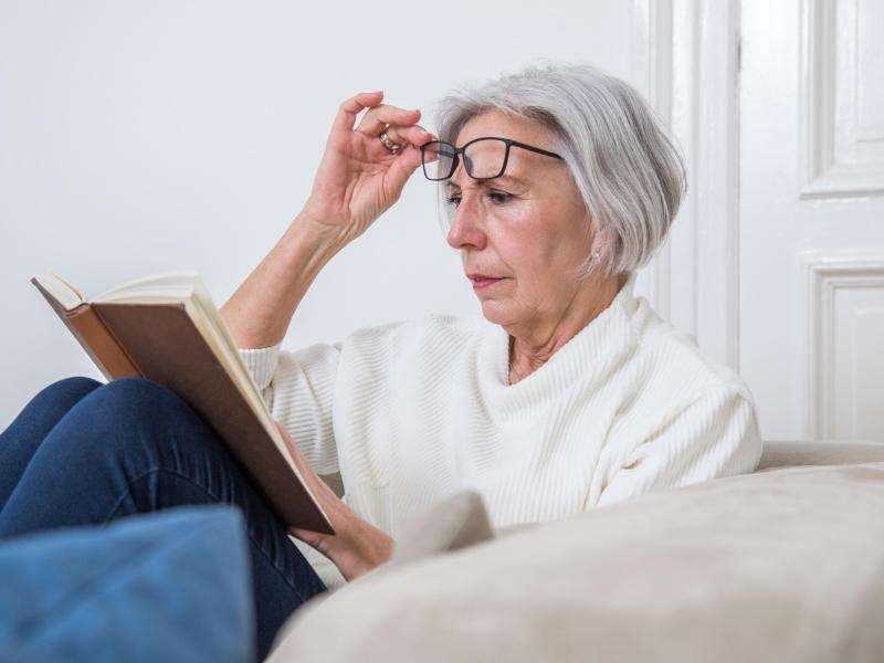 Geht es nach dem Eingriff auch ohne Brille? Das hängt maßgeblich von der eingesetzten Kunstlinse ab. Foto: Christin Klose/dpa-tmn