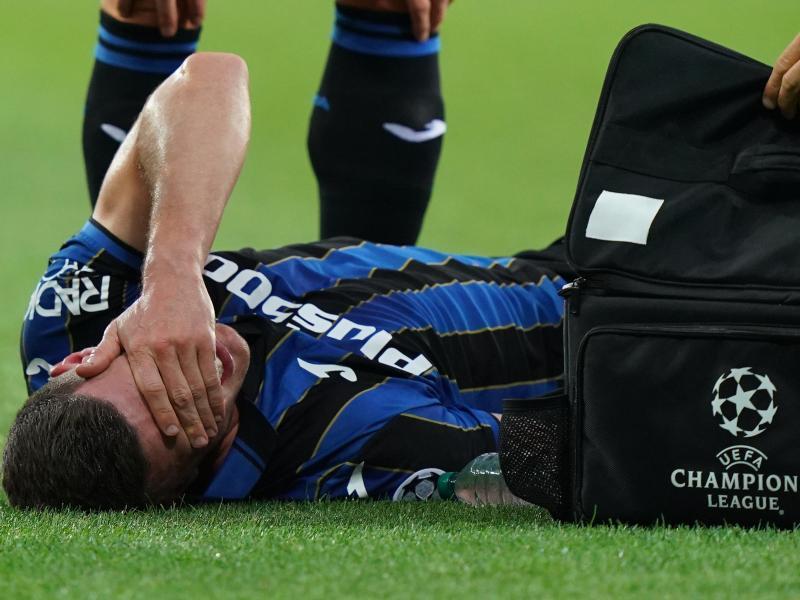 Robin Gosens von Atalanta Bergamo liegt verletzt auf dem Spielfeld. Foto: Spada/LaPresse via ZUMA Press/dpa
