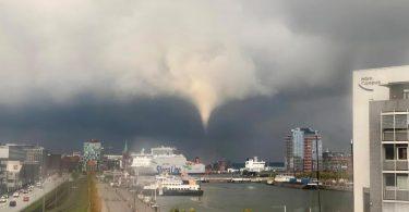 Ein Tornado ist am frühen Abend über Kiel zu sehen. Foto: Philipp Brandl/dpa
