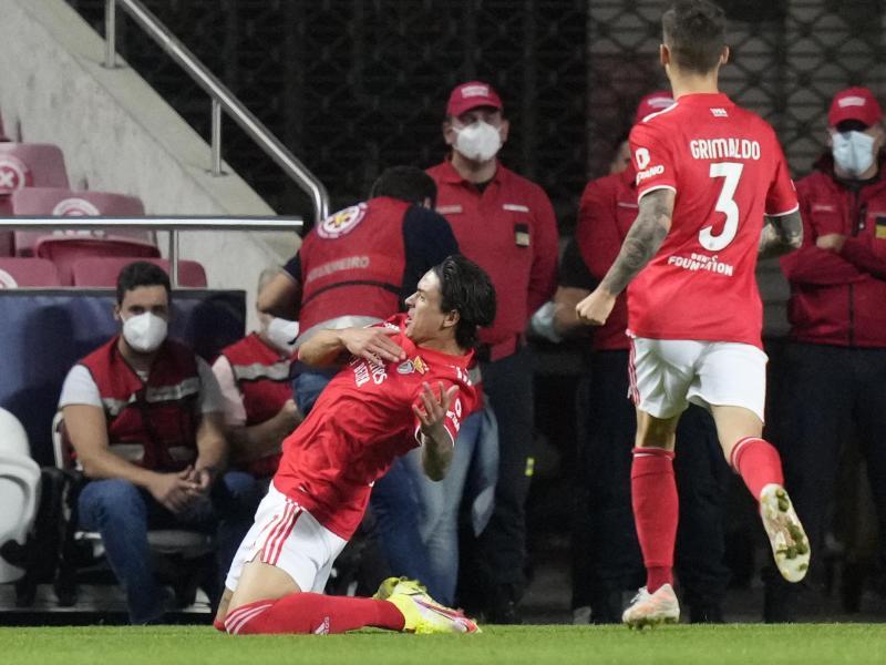 Benficas Darwin Nunez (M.) jubelt nach dem Führungstreffer seiner Mannschaft. Foto: Armando Franca/AP/dpa
