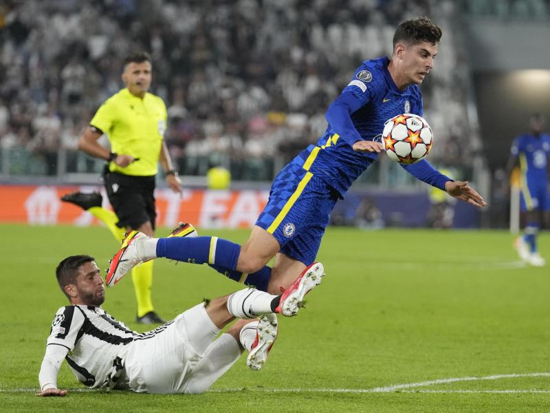 Rodrigo Bentancur (l) von Juventus Turin foult Kai Havertz vom FC Chelsea beim Kampf um den Ball. Foto: Antonio Calanni/AP/dpa
