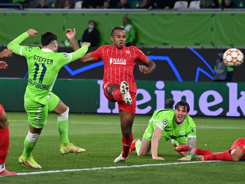 Wolfsburgs Renato Steffen (l/11) erzielt das Tor zum 1:0 gegen Sevilla. Foto: Swen Pförtner/dpa