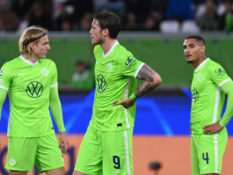 Mit dem 1:1 gegen den FC Sevilla nicht zufrieden: Wolfsburgs Sebastian Bornauw (l-r), Wout Weghorst und Maxence Lacroix. Foto: Swen Pförtner/dpa
