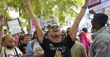 Britney Spears Unterstützer Brian Molina feiert vor dem Gerichtsgebäude in Los Angeles, wo ein Richter dem Vater von Britney Spears die Vormundschaft entzogen hat, die das Leben der Sängerin seit 13 Jahren kontrolliert. Foto: Chris Pizzello/AP/dpa