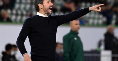 Wolfsburgs Trainer Mark van Bommel gibt Anweisungen. Foto: Swen Pförtner/dpa