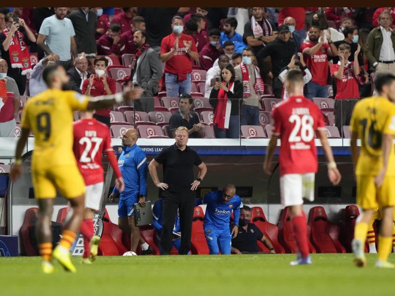 Trainer Ronald Koeman (M.) steckt mit dem FC Barcelona weiter in der Krise. Foto: Armando Franca/AP/dpa