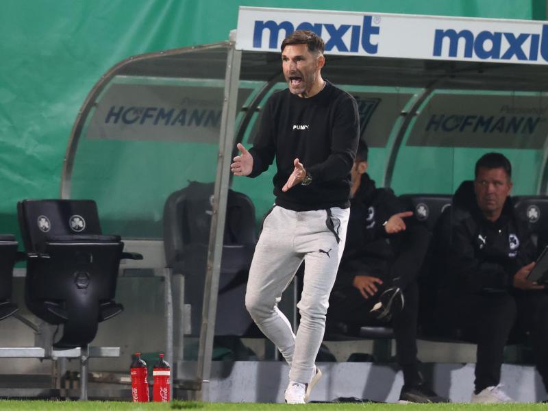Trainer Stefan Leitl will mit Fürth den ersten Saison-Sieg. Foto: Daniel Karmann/dpa