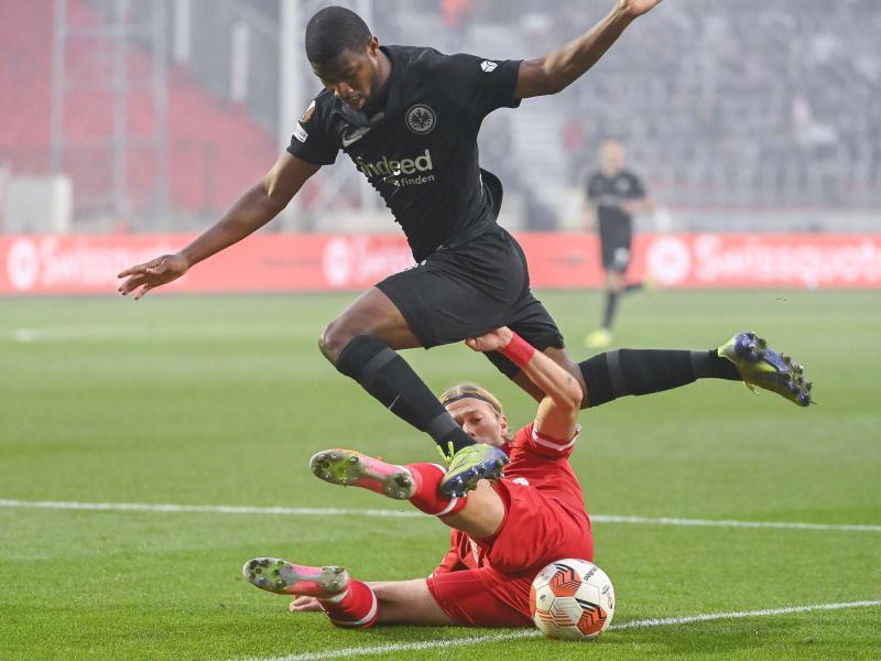 Antwerpens Viktor Fischer (unten) versucht Almamy Toure vom Ball zu trennen. Foto: Laurie Dieffembacq/BELGA/dpa