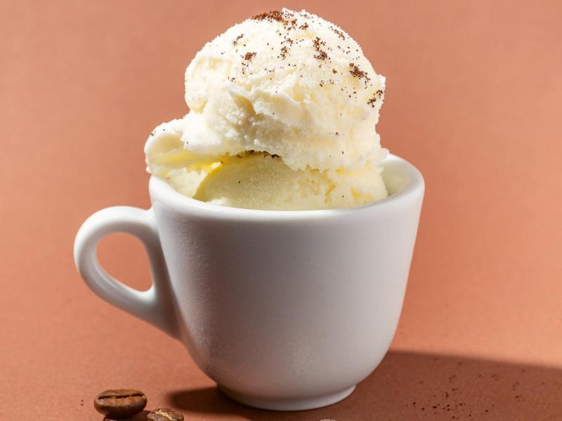 Für den Weißer-Kaffee-Gelato werden Kaffeebohnen leicht zerdrückt, sodaß sich aus jeder Bohne 2–3 große Stücke ergeben. Foto: Peter Schulte/Stiftung Warentest/dpa-tmn