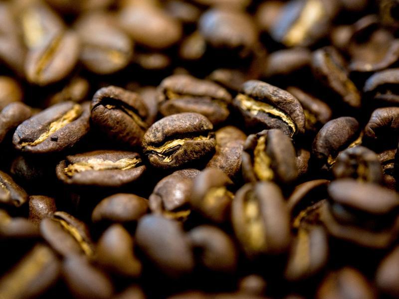 Aus Kaffeebohnen lässt sich nicht nur ein Kaffee zubereiten. Geröstete Bohnen sind auch Geschmacksträger und können beim Kochen von Gerichten zum Einsatz kommen. Foto: Andrea Warnecke/dpa-tmn