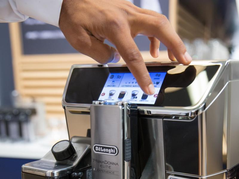 Per Knopfdruck Espresso, Cappuccino oder Latte Macchiato: die Zubereitung von Kaffee mit einem Vollautomaten ist komfortabel und schnell. Foto: Florian Schuh/dpa-tmn