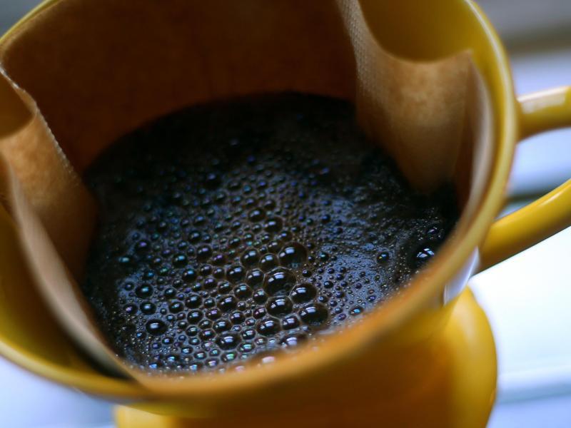 Traditionalisten lieben die Kaffeezubereitung mit dem Handfilter. Dabei sollte jedoch kein kochendes Wasser verwendet werden, da sonst das Wasser die Kaffeearomen verbrenne, sagen Experten. Foto: Karl-Josef Hildenbrand/dpa/dpa-tmn