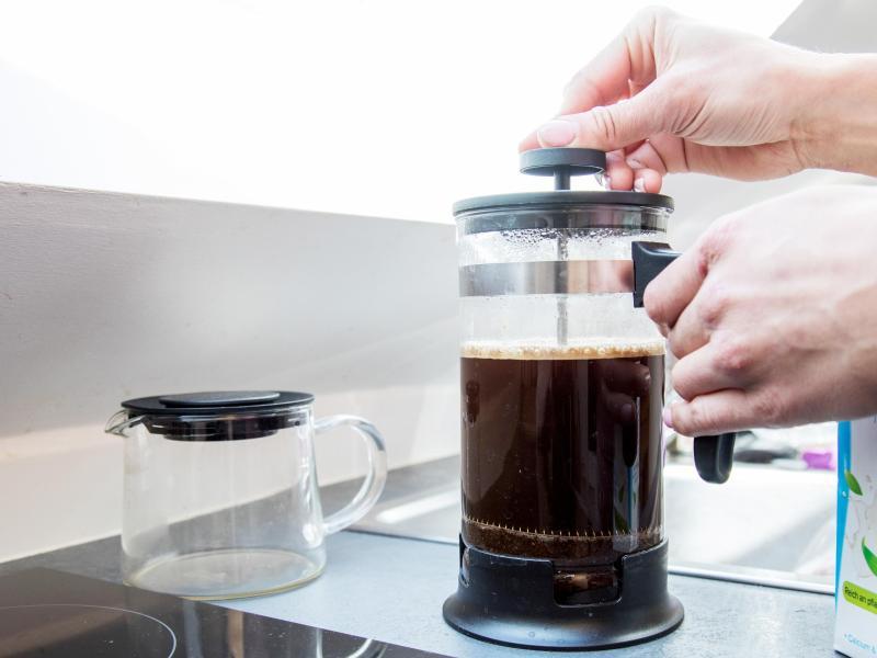 Mit einer French Press kann Kaffee unkompliziert zubereitet werden. Wichtig ist, gröber gemahlenes Kaffeepulver zu verwenden, da sonst Kaffeesatzkrümel im Mund und zwischen den Zähnen landen können. Foto: Christin Klose/dpa-tmn