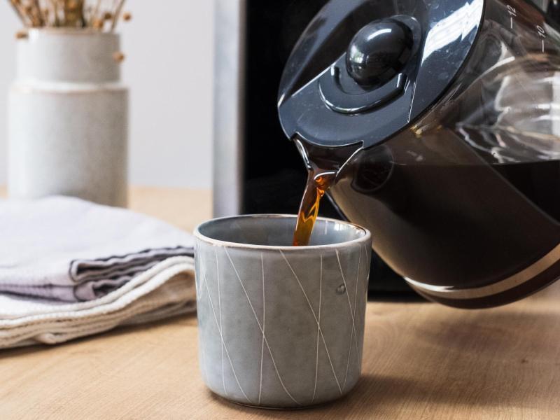 Rund die Hälfte aller Kaffeetrinker bevorzugt ganz klassisch mit der Maschine zubereiteten Filterkaffee. Wichtig ist, ihn nicht zu lange auf der Warmhalteplatte stehen zu lassen, da er sonst schnell bitter schmeckt. Foto: earlybird coffee GmbH/dpa-tmn