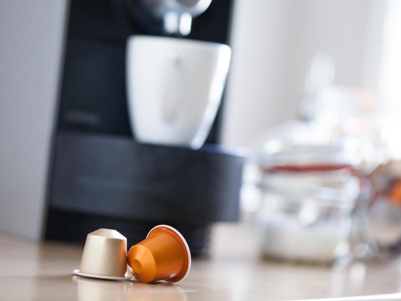 Kaffeekapseln werden typischerweise für einen Espresso oder Lungo benutzt. Bei geschlossenen Systemen können allerdings nur bestimmte Marken verwendet werden. Foto: Christin Klose/dpa-tmn