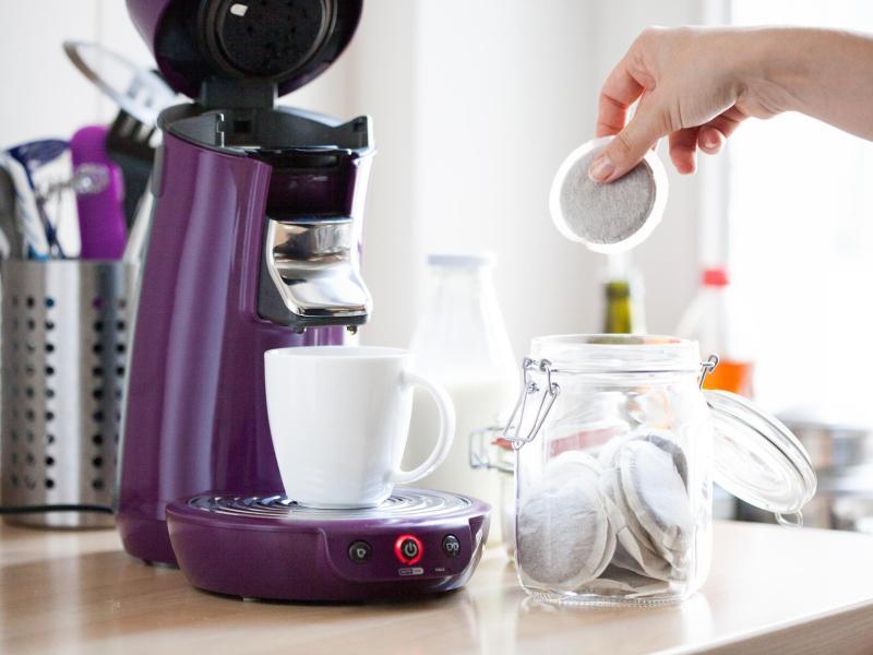Die Zubereitung mit Kaffeepads ist schnell, unkompliziert, recht preisgünstig im Betrieb und von verschiedenen Herstellern einsetzbar. Die Qualität liegt laut Preibisch dabei aber nur «im Mittelfeld». Foto: Christin Klose/dpa-tmn