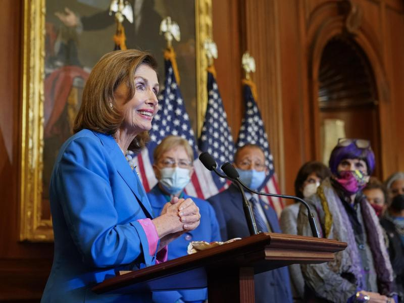 Die Sprecherin des Repräsentantenhauses, Nancy Pelosi, spricht vor der Unterzeichnung eines Beschlusses des Repräsentantenhauses zur Aufrechterhaltung der Finanzierung der US-Regierung. Foto: Patrick Semansky/AP/dpa