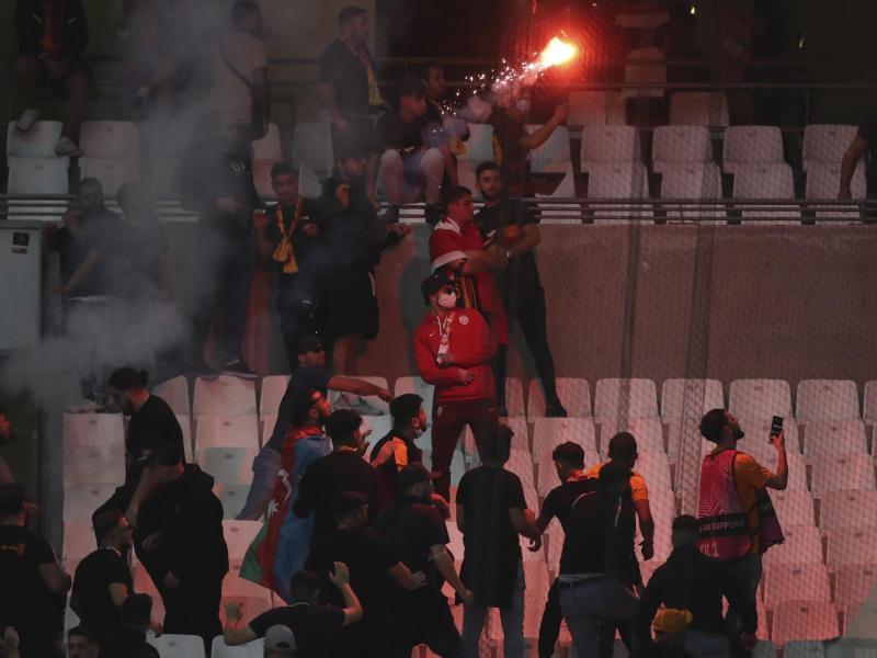 Galatasaray-Anhänger gerieten mit der Polizei aneinander. Foto: Daniel Cole/AP/dpa