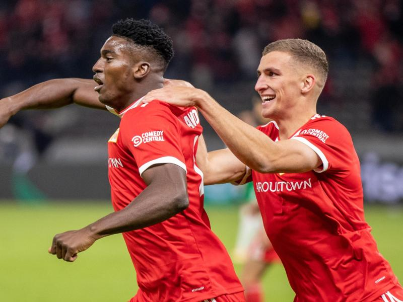 Berlins Taiwo Awoniyi (l) jubelt nach seinem 3:0 Treffer mit Teamkollegen Grischa Prömel. Foto: Andreas Gora/dpa