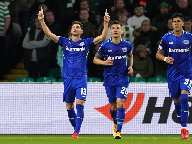 Bayer Leverkusens Lucas Alario (l) feiert den dritten Treffer seiner Mannschaft. Foto: Andrew Milligan/PA Wire/dpa