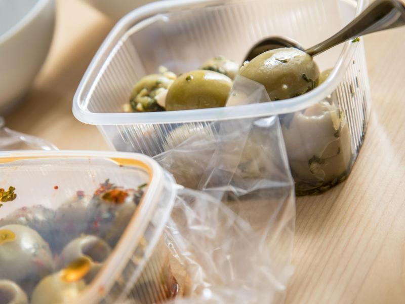 Viele Plastikverpackungen sind für den einmaligen Gebrauch gedacht, eine Zweckentfremdung kann ein Gesundheitsrisiko bergen. Foto: Christin Klose/dpa-tmn
