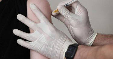 Wie lang hält der Schutz der Corona-Impfung an? Neue Daten zeigen, dass der Schutz vor schweren Krankheitsverläufen auch ein halbes Jahr nach der Impfung noch sehr hoch ist. Foto: Oliver Berg/dpa/Symbolbild