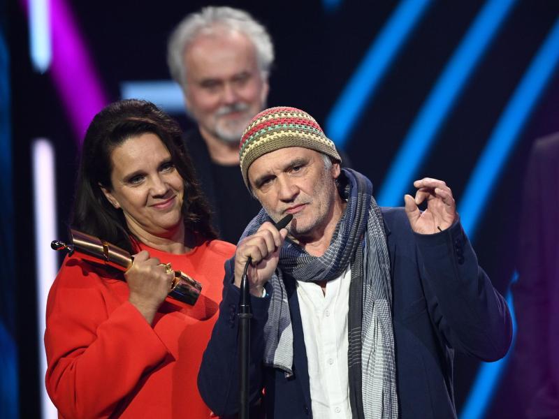 Der Lehrer Dieter Bachmann (M) und die Regisseurin Maria Speth wurden für den Dokumentarfilm «Herr Bachmann und seine Klasse» ausgezeichnet. Foto: Soeren Stache/dpa