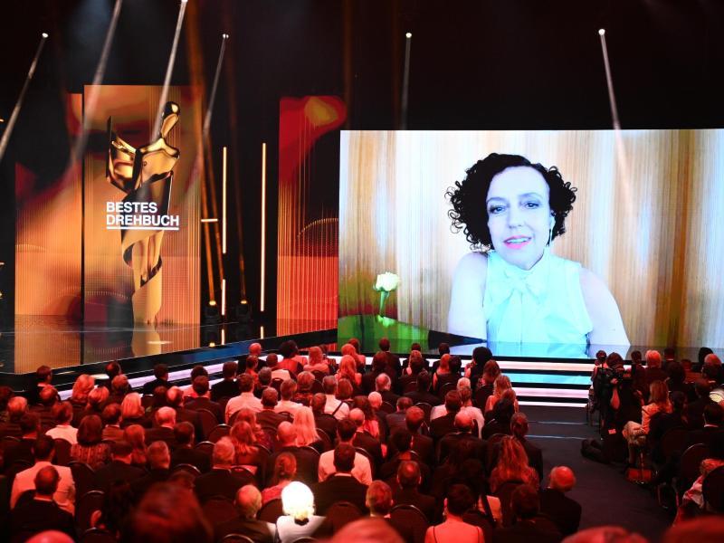 Die Preisträgerin in der Kategorie «Bestes Drehbuch», Maria Schrader, bedankt sich in einer Videobotschaft für die Auszeichnung. Foto: Soeren Stache/dpa