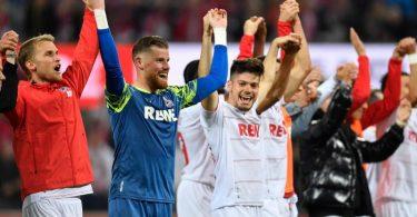 Kölns Spieler feiern vor ihren Fans den Sieg gegen Aufsteiger Fürth. Foto: Marius Becker/dpa