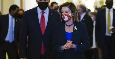 Joe Biden mit der Sprecherin des Repräsentantenhauses, Nancy Pelosi, imKapitol. Im Ringen mit den Demokraten um seine geplanten großen Investitionspakete hat der US-Präsident die Öffentlichkeit auf eine möglicherweise längere Hängepartie eingestimmt. Foto: Susan Walsh/AP/dpa
