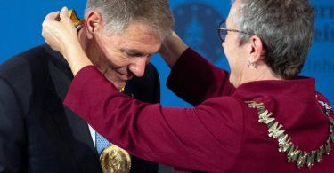 Bürgermeisterin Sibylle Keupen zeichnet Klaus Iohannis mit dem Karlspreis aus. Foto: Federico Gambarini/dpa