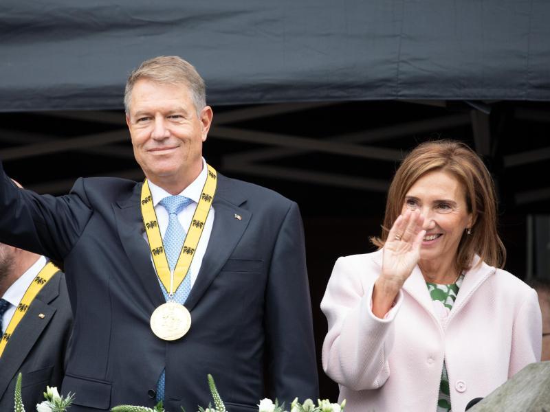 Klaus Iohannis ist in Begleitung seiner Frau Carmen nach Aachen gekommen. Foto: Federico Gambarini/dpa