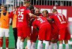 Rostocks Spieler jubeln nach dem 2:0 für Hansa im Ostsee-Duell mit Holstein Kiel. Foto: Frank Molter/dpa