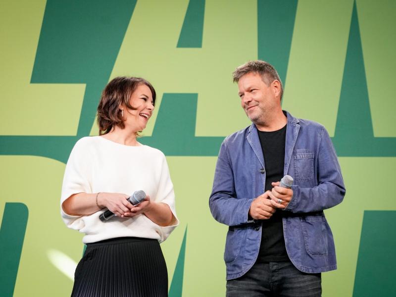 Die Grünen-Parteivorsitzenden Annalena Baerbock und Robert Habeck treten bei einem KleinenParteitag auf. Foto: Kay Nietfeld/dpa