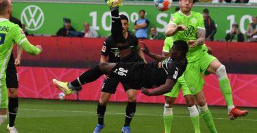 Gladbachs Breel Embolo (M) trifft akrobatisch zur 1:0-Führung ins Wolfsburger Tor. Foto: Swen Pförtner/dpa