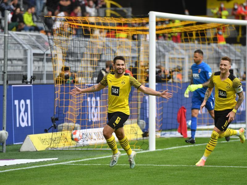 Dortmunds Rapahel Guerreiro (M) jubelt, nachdem er per Strafstoß die 1:0-Führung für seine Mannschaft besorgt hat. Foto: Bernd Thissen/dpa