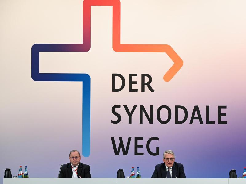 Thomas Sternberg (r), Präsident des Zentralkomitees der deutschen Katholiken, und Georg Bätzing, Vorsitzender der Deutschen Bischofskonferenz, bei der Zweiten Synodalversammlung der katholischen Kirche. Foto: Arne Dedert/dpa