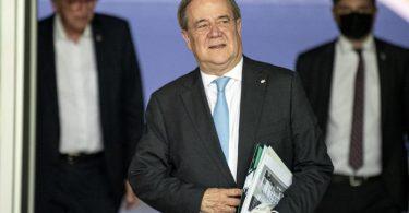 CDU-Chef Armin Laschet verlässt nach Sondierungsvorbereitungen das Konrad-Adenauer-Haus. Foto: Fabian Sommer/dpa
