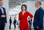 Christian Lindner (l-r, FDP), Annalena Baerbock (Grüne) und Olaf Scholz (SPD). Die umworbenen kleineren Partner haben schon einen Gesprächsfaden gefunden - nun starten auch die größeren Parteien in konkrete Sondierungen. Foto: Kay Nietfeld/dpa