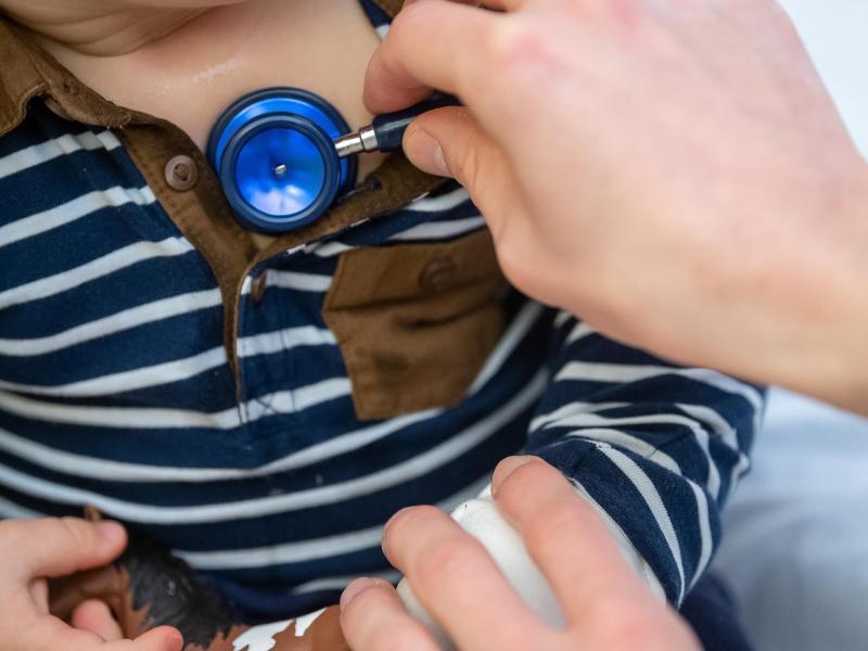 Ein Arzt untersucht ein Kind mit einemStethoskop. Auffallend viele Kinder machen seit einigen Wochen Atemwegsinfekte durch, die eigentlich erst in den Wintermonaten zu erwarten sind. Betroffen seien vor allem unter Sechsjährige. Foto: Sebastian Gollnow/dpa
