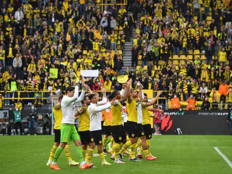 Dortmunds Spieler bedanken sich bei den Fans nach dem 2:1-Sieg gegen den FCAugsburg für die Unterstützung. Foto: Bernd Thissen/dpa