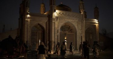Kämpfer der Taliban stehen nach einer Explosion am Eingang der Eidgah-Moschee in Kabul. Foto: AP/dpa