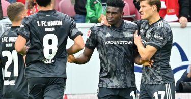 Die Mannschaft des 1. FCUnion bejubelt das 1:1 von Taiwo Awoniyi (2.v.r). Kurz darauf legt der Stürmer zur Berliner Führung nach. Foto: Torsten Silz/dpa