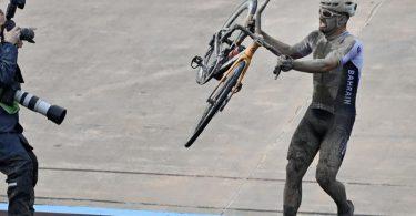 Nach der Zieleinfahrt stemmte Sieger Colbrelli sein Rad in die Höhe. Foto: Eric Lalmand/BELGA/dpa